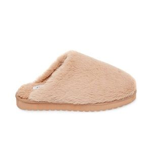 866172d2303 Women s Steve Madden Fuzzy Slippers on Poshmark